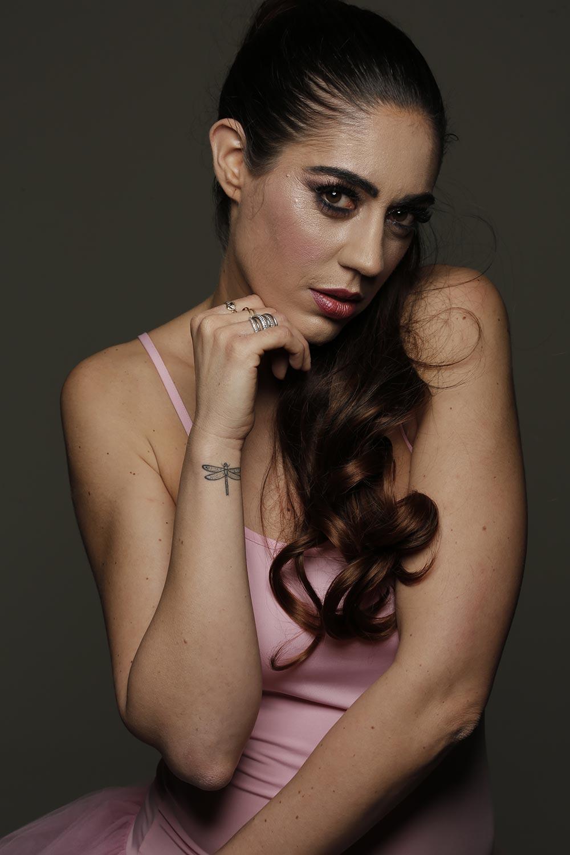 """Photo de Nalya en danseuse utilisée pour l'EP """"Cage dorée"""""""