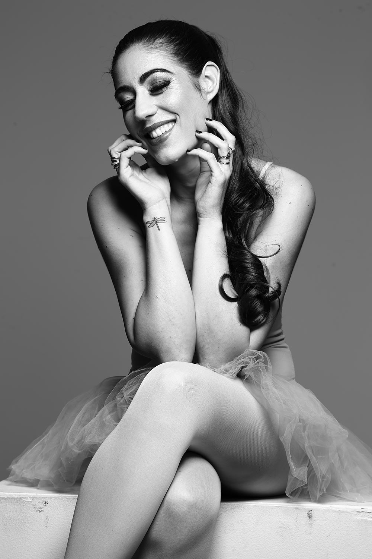 """Photo noir et blanc de Nalya en danseuse, assise, tirée de l'EP """"Cage dorée"""""""